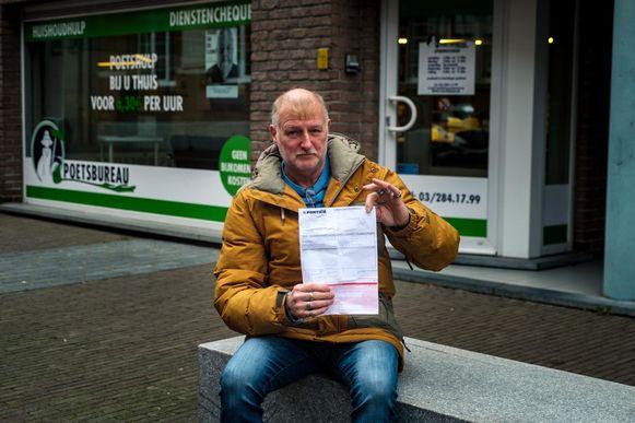 Eddy Van de Kerkhove, de schoonzoon van de voormalige uitbater Jean De Belder (9O), toont het aanslagbiljet.