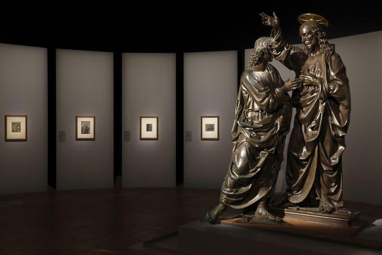 Andrea del Verrochio: Christus en de heilige Thomas (ca. 1467-1483), in de Leonardo Da Vinci tentoonstelling in het Louvre.    Beeld Musée du Louvre/Antoine Mongodi