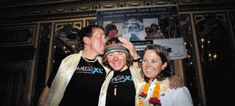 Jordan Romero (midden), de jongste klimmer die Mount Everest bedwong, met zijn ouders op een persconferentie in Nepal. (FOTO EPA ) Beeld EPA