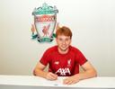 Sepp van den Berg tekent bij Liverpool, waar hij dagelijks met Virgil van Dijk en Georginio Wijnaldum zal trainen.