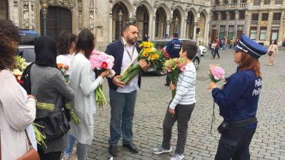 Brusselaars delen 700 bloemen uit aan politie om steun te betuigen na schietpartij Luik