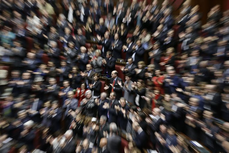 Het Italiaanse parlement applaudisseert voor de verkiezing van Mattarella. In het midden partijleider van de PD Pierluigi Bersani. Beeld ap