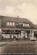 Voor een borreltje, biertje of ander drankje was er café De Dijk van uitbater Kuijer, met aan de voorzijde een eenvoudig terras.
