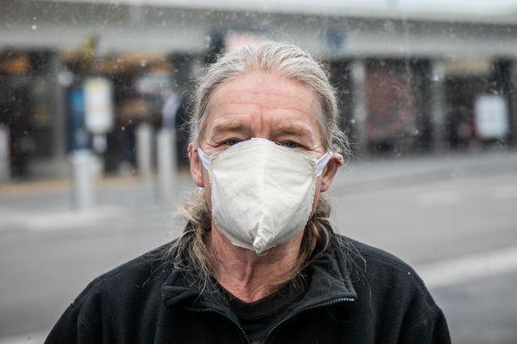 Mondmaskers aan het station in Hasselt: Jos Schurmans (60) geeft het goede voorbeeld.