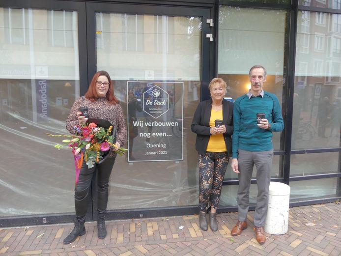Mariska, Magda en Janné Manten (van links naar rechts) gaan met De Duck beginnen in het voormalige La Place pand in Veenendaal.