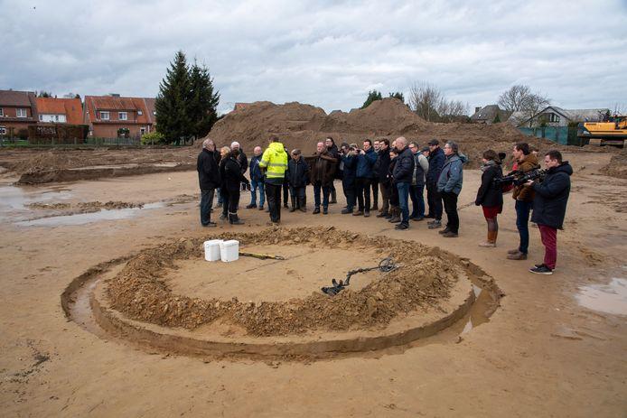 Archeoloog Jeroen Van Hercke maakte een reconstructie van hoe de oorspronkelijke grafcirkel er heeft uitgezien 4.000 jaar geleden.