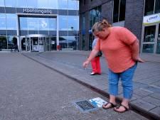 Vrijwilligers gaan rokers rond Albert Schweitzer ziekenhuis aanspreken