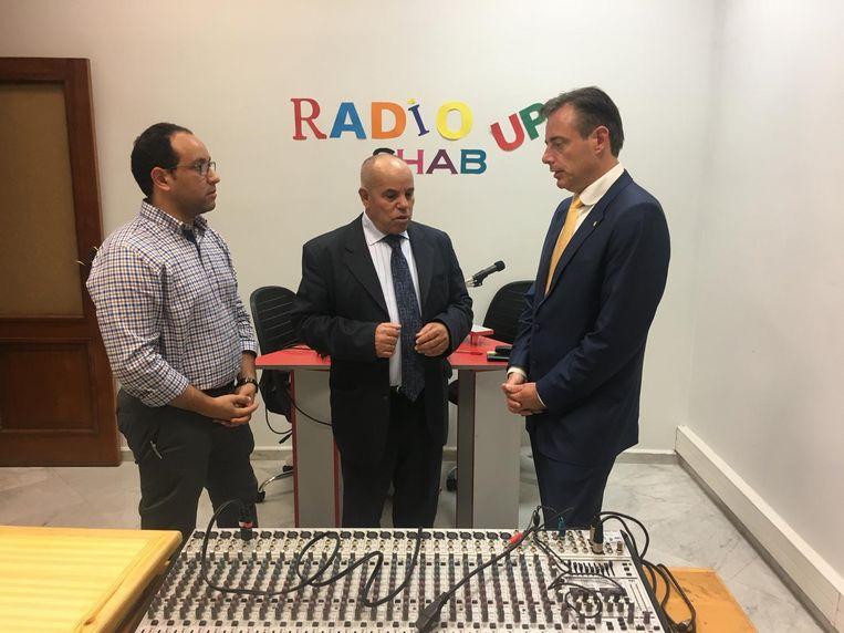 De Wever krijgt een rondleiding in radiostudio Shab Up van onderzoeker Yassine Souidi en Mohammed Belekbir, directeur van het onderzoekscentrum.