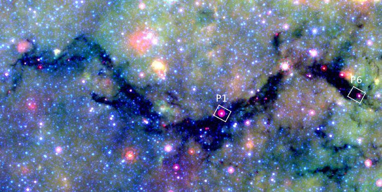Spitzer-opname van de Slangnevel. In de omkaderde gebieden P1 en P6 zijn enkele tientallen zware sterren-in-wording ontdekt. Beeld Spitzer/GLIMPSE/MIPS