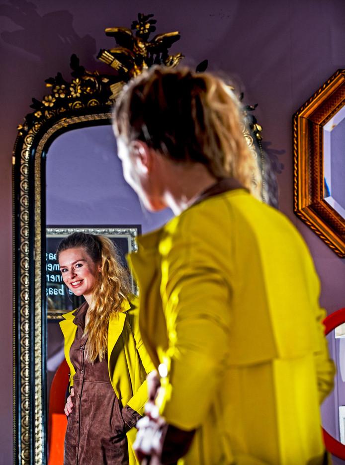 Sandra van Nieuwland bij de tentoonstelling De Maakbare Mens in museum Het Dolhuys in haar woonplaats Haarlem.