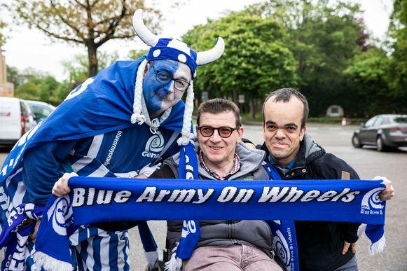 Peter Vandaele komt naar Brugge als begeleider van The Blue Army on Wheels. Hier staat hij bij Geert en Stefaan.