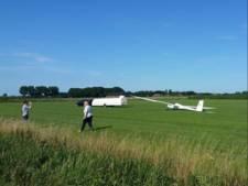Zweefvliegtuigen landen in weiland in Beek