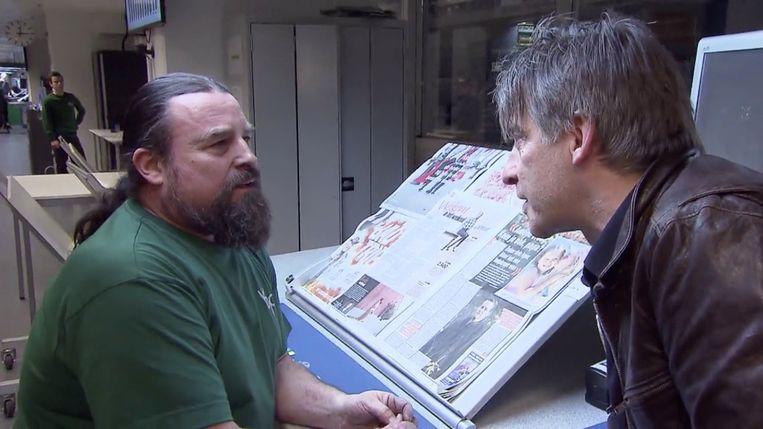 """Luk overloopt de krant met één van """"de mannen met oog voor detail""""."""