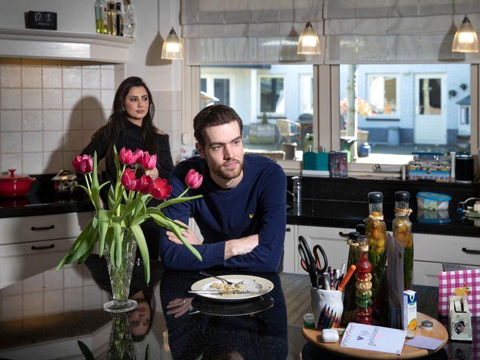 Nick Janssen met zijn vrouw Katrin in de keuken van zijn ouders in Gemert.