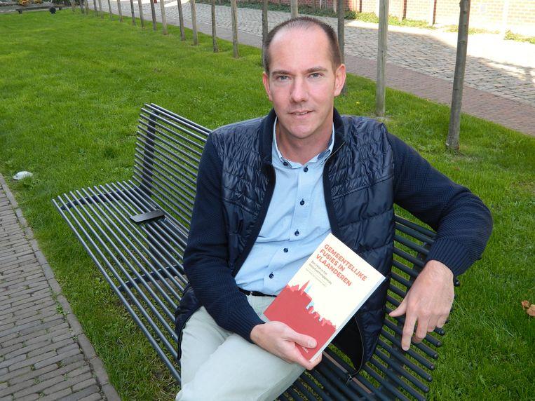 Koenraad De Ceuninck met zijn nieuw boek.