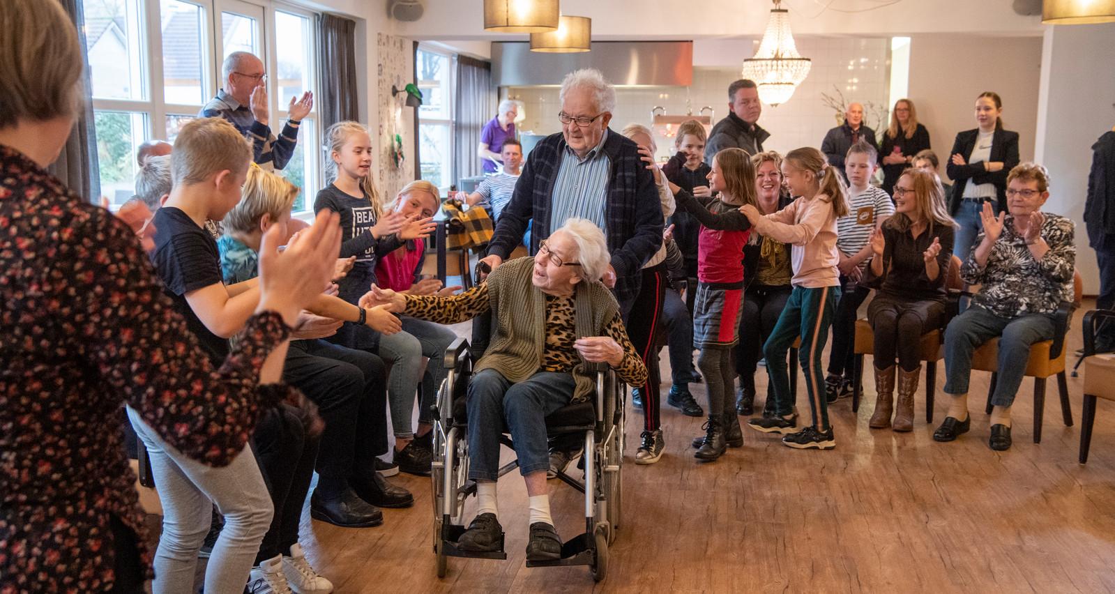 Leerlingen van OBS Heidepark dansen met bewoners van Verzorgingshuis Brugstede.