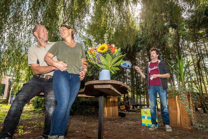 Ton Boumans en Hellen Smit hebben voor de tweede keer hun trouwdatum moeten verzetten vanwege corona. Op de achtergrond ceremoniemeester Jos van den Eijnden.