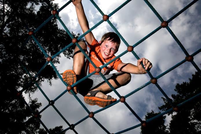 De 8-jarige Jonah de Lang leeft zich flink uit bij speeltuin de Klimbim in Waalre. Eigenlijk is Jonah hét voorbeeld waar het bij de SIRE-campagne om draait: een jongen moet ravotten.