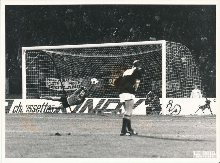 België verslaat Schotland nipt met 3-2 in de voorronde van het EK 1984. Jean-Marie Pfaff is de held door een strafschop van linksachter Frank Gray te stoppen bij een 3-2-stand.