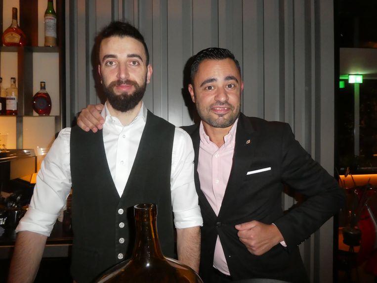 """Barman Issa el Ismahil en Stefano Meloni, manager in Londen: """"Tozi is in our hart."""" Beeld Hans van der Beek"""