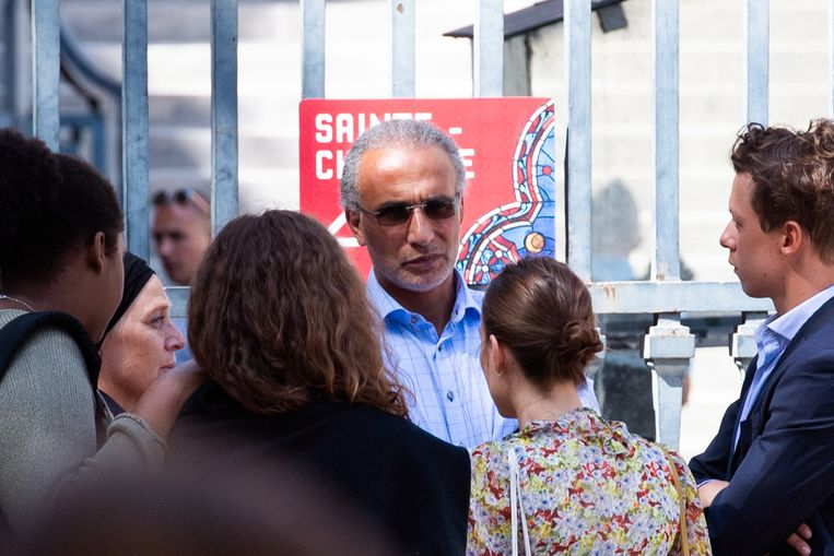 Tariq Ramadan bij het verlaten van de rechtbank in Parijs na een zitting eind augustus.