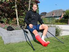 Pechvogel Maikel van de Water breekt kuitbeen tijdens bekerduel: 'Mijn rechterbeen bleef in het gras steken'