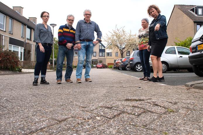 De bewoners zijn boos omdat de Banjostraat in Etten-Leur weer niet wordt opgeknapt. Dat werk wordt steeds uitgesteld.