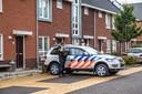 Zwaarbewapende politieagenten bewaken de omgeving van het huis.