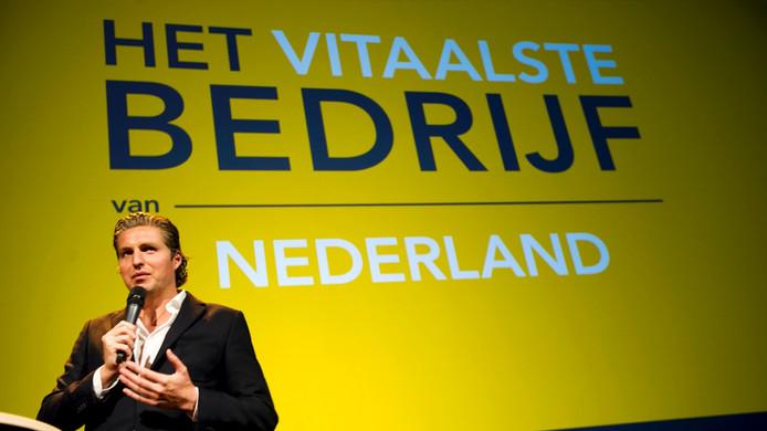 Olympisch zwemkampioen Pieter van den Hoogenband reikt de prijs uit