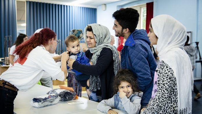 Het Rode Kruis voorziet asielzoekers van spullen die Nederlanders hebben gedoneerd.