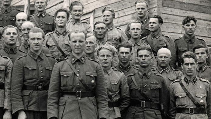 Op de foto, tweede van rechts: de Joodse majoor Leo Skurnik, onderscheiden met het IJzeren Kruis.