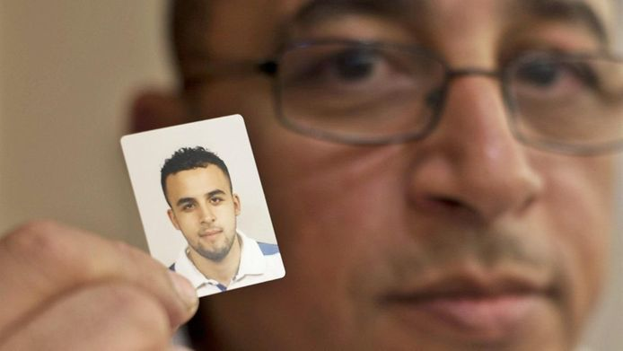 Mohamed Nidalha, de vader van Reda met een foto van zijn zoon.