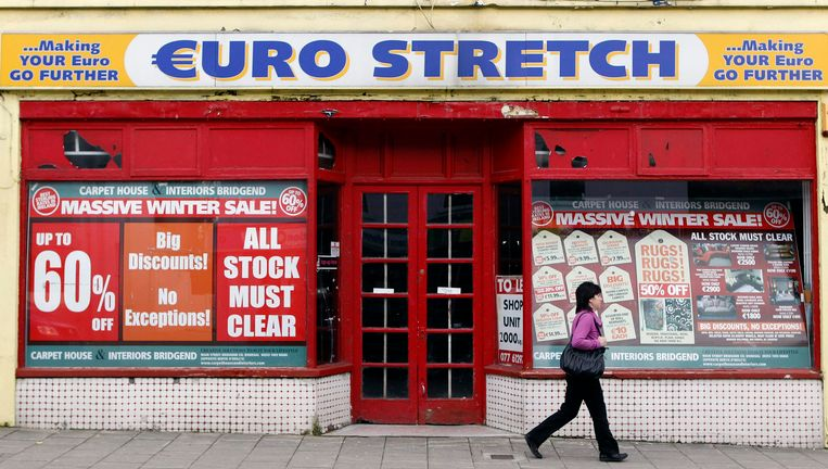 Een gesloten winkel in Buncrana in Ierland. Beeld null