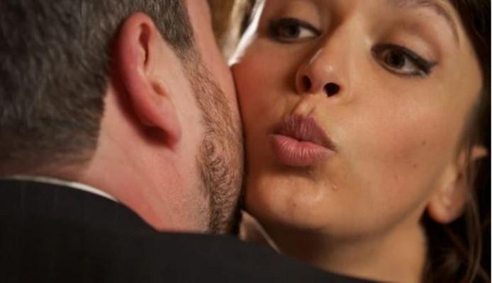 Personeelsleden die elkaar en anderen kussen? Mag niet meer bij Duma, zo lang het coronavirus om zich heen grijpt