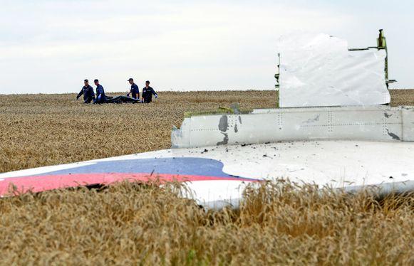 19 juli 2014: twee dagen na de MH17-ramp wordt een lichaam geborgen.