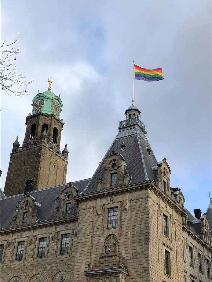 De regenboogvlag wappert op het stadhuis aan de Coolsingel.