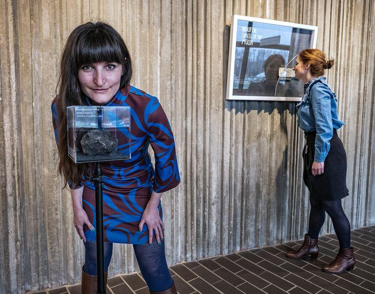 Caro Verbeek (links) en Wende Wallert bij de kunstwerken over 'geur van de maan'.  Beeld Patrick Post / United States Hol