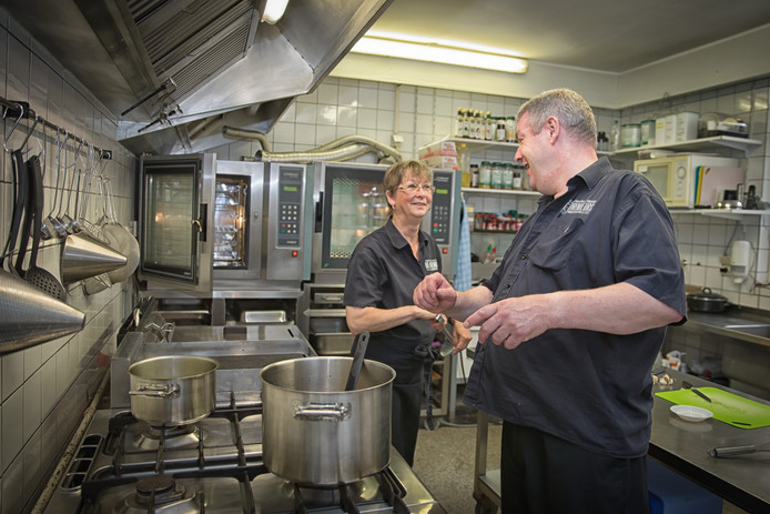 Regina en Cees Corbijn in de keuken van De Korenbeurs.