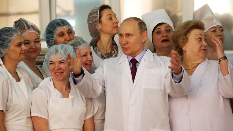 Zo'n 1.050 kilometer ten oosten van Moskou heeft Vladimir Poetin zich omringd met medewerkers van de Samara banketbakkerij. Beeld getty