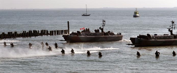 De landing van de Geallieerden op Uncle Beach aan de Westerscheldedijk, nagespeeld in 2014.