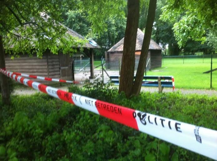 Het bosje aan de Elzenlaan in Hardenberg was vrijdagmiddag korte tijd afgesloten. De technische recherche onderzocht het gebied.