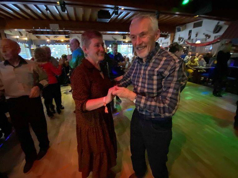Maria Vermeylen en Achiel Lenaerts uit Massenhoven gooien de beentjes los op de complimentenfuif.