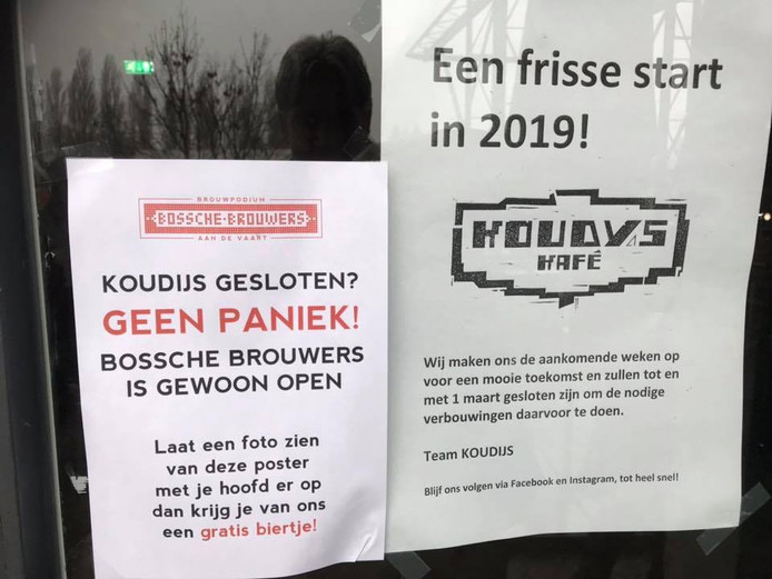 Posters op de deur bij Koudijs