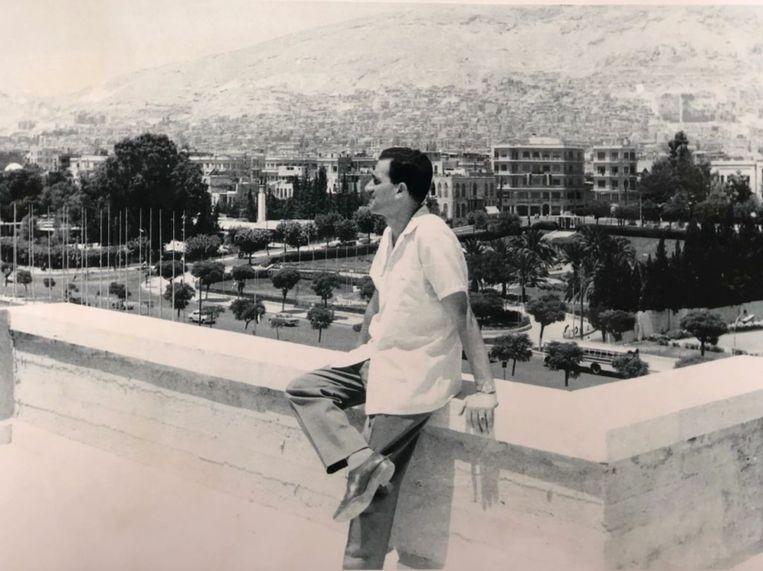 Eli Cohen alias Kamil Amin Thaabet in zijn rol van Syrische zakenman die uit Argentinië kwam. Met het 'geredde' horloge om de pols.