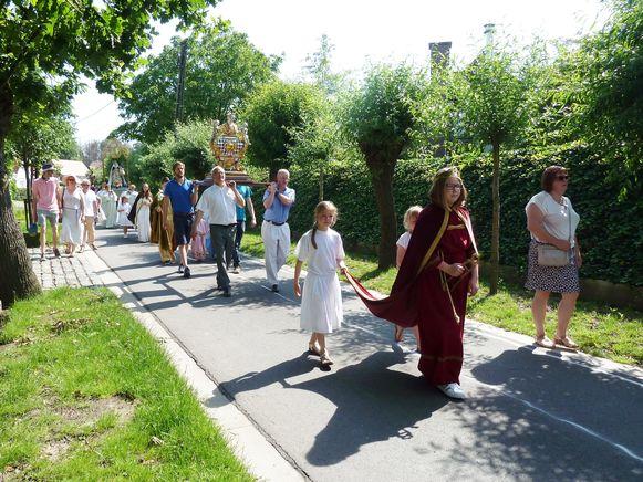 De processie trekt door de straten van Sombeke.
