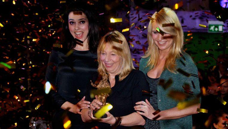Susan Visser, Will Koopman en Linda de Mol met de Rembrandt voor beste film. Beeld ANP