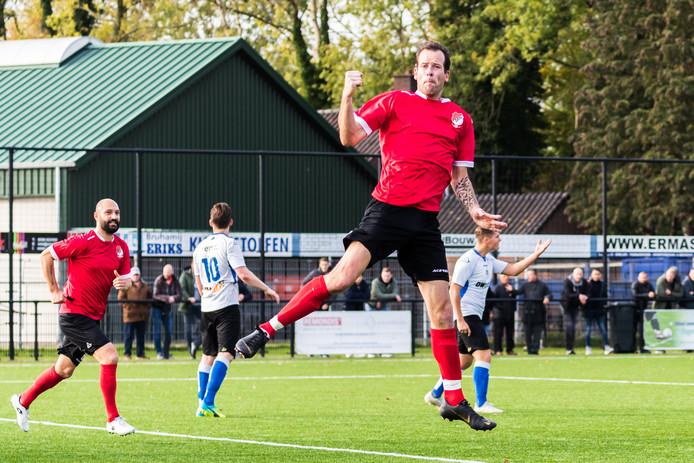 Gerrit Spin (La Premiere) heeft gescoord en is blij met de overwinning op SV Almelo