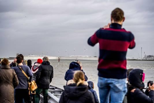 2018-01-03 16:10:02 HOEK VAN HOLLAND - Belangstellenden staan bij de Maeslantkering in afwachting van de sluiting. Vanwege hoogwater gingen alle vijf de keringen van Rijkswaterstaat dicht. ANP ROBIN UTRECHT