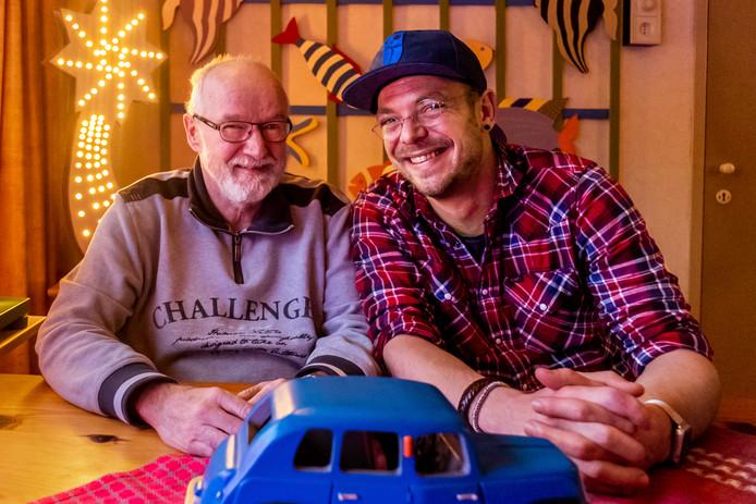 """Vrijwilliger Rens van de Rijdt(34) en links Hans van Beek (66). ,,Ik zag Hans voor het eerst bij hem thuis en het voelde gelijk goed."""""""