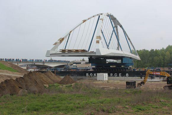 De nieuwe brug werd in het voorjaar op zijn plaats gezet, de oude brug (links) wordt de volgende weken tijdelijk weer geopend